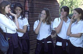 Resultado de imagem para adolescentes cigarros