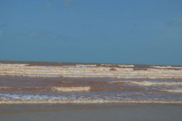 Penduduk terkejut air laut Pantai Batu Hitam bertukar jadi lautan merah