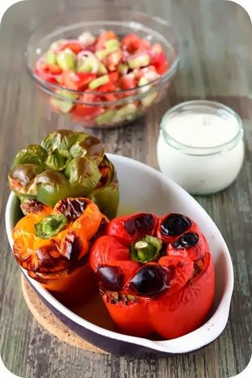 Mit rotem Reis und Gemüse gefüllte Paprika