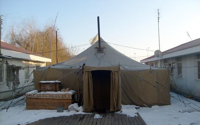 Походный спортзал качалка в армейской палатке