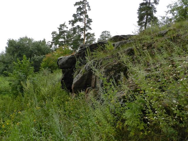 Выступ скалы у подножия