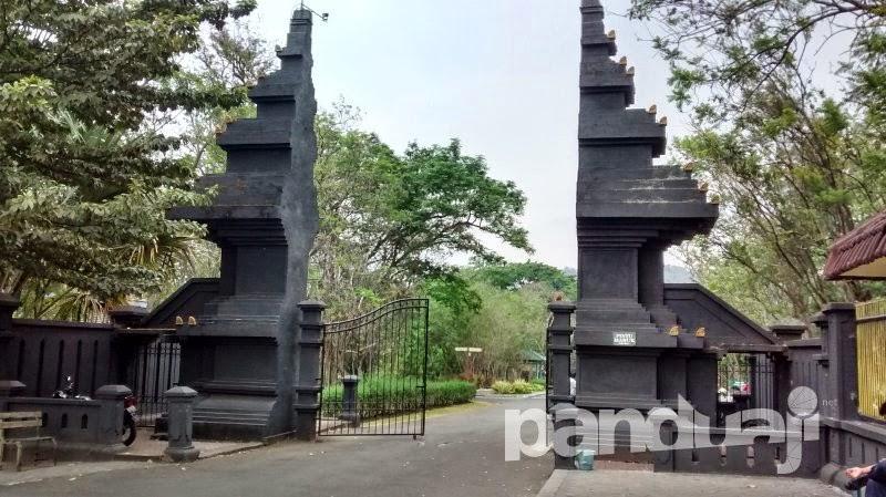 Gerbang masuk kebun raya purwodadi