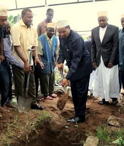 Rais Jakaya Mrisho Kikwete akiweka udongo katika kaburi la marehemu Harith Juma Mwapachu wakati wa