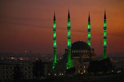 masjid-nizamiye-afrika-selatan-pada-malam-hari-darussalam-oku-selatan