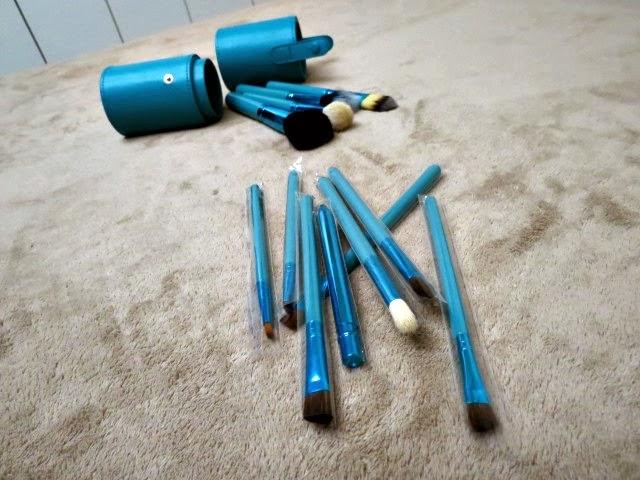 http://www.romwe.com/makeup-supply-makeup-tool-c-241_258.html/?feminiceseafins