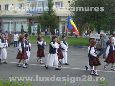 Copii imbracati in costume populare traditionale din zona Maramuresului - Romania