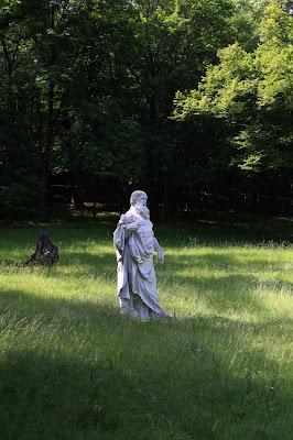 eine der zahlreichen Statuen im Park