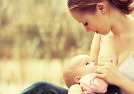madre amamantando bebé