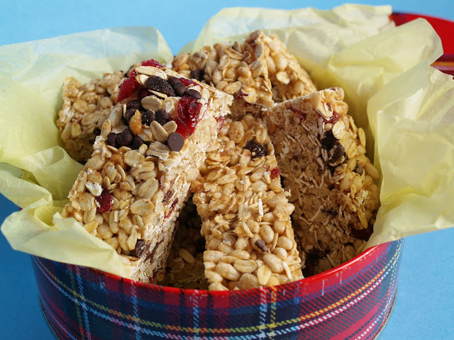 Vegan All or Nothing Homemade Granola Bars - a delicious mix of cereals, flax and goodies like dried cranberries and chocolate chips. #vegan #snacks