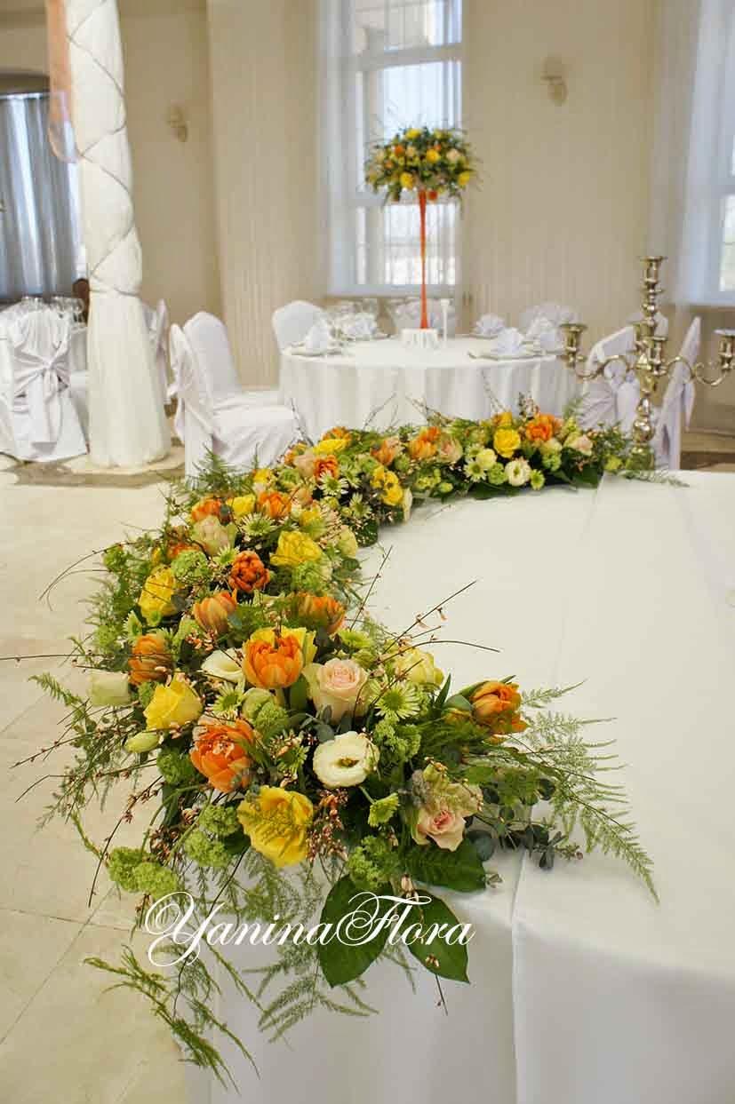 яркий декор стола молодых