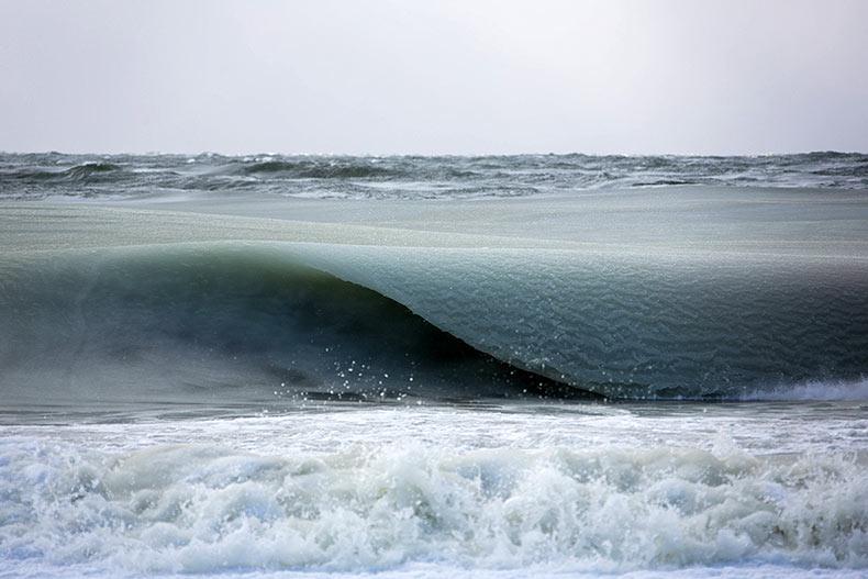 Olas gigantes congeladas infundida con hielo se enrollan lentamente