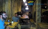 pengunjung menikmati kopi di ranting bambu