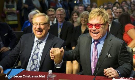 Pastor Rick Warren hace polémica broma a Elton John