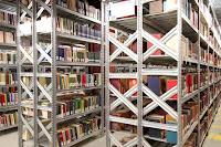 Salgó polc könyvespolcként használva