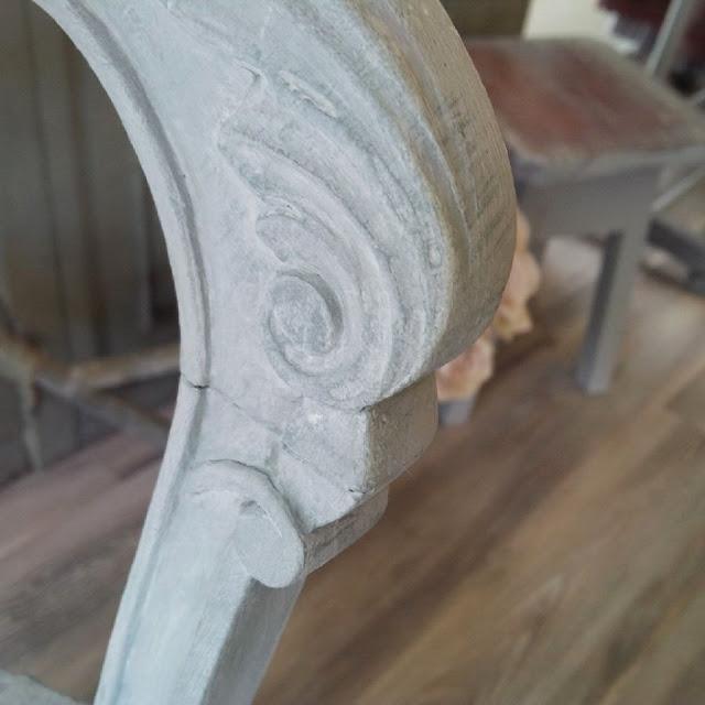 dettagli di un fregio in una sedia ridipinta