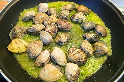 Almejas cerradas en la sartén con la salsa verde