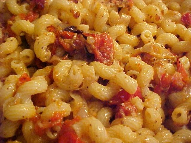 Cavatappi super délicieux aux oignons et tomates rôtis avec parmesan