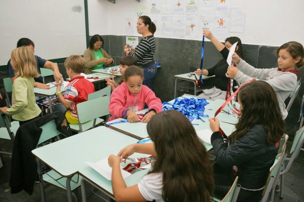 Pais e estudantes produzem a decoração da Escola Antonio Santiago, em Agriões