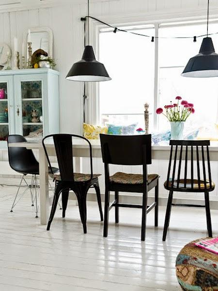Czarne krzesła na tle białej podłogi