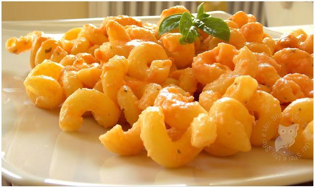 succhietti di pasta di grano duro con salsina veloce a base di pomodori e panna di soia