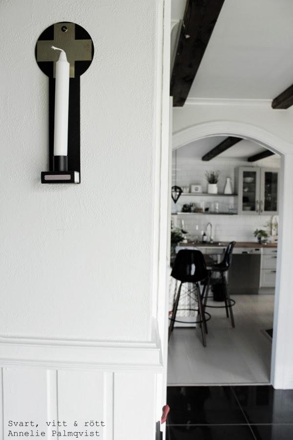 hall, kök, kristina stark, lampett, ljusstake, design kristina stark, svartvit, svart och vitt i hallen, svartvita dörrar, svart klinkergolv, vitmålade väggar,