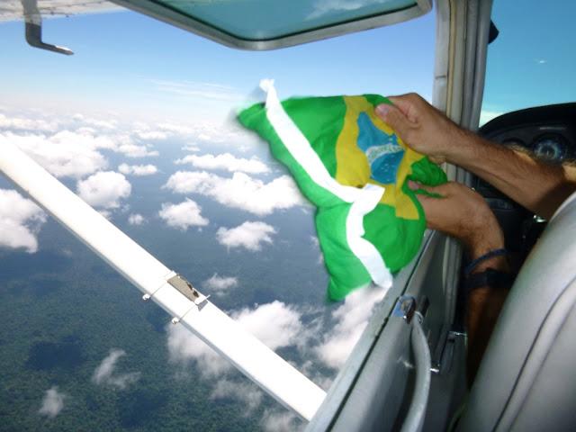 Voando com a janela aberta do avião