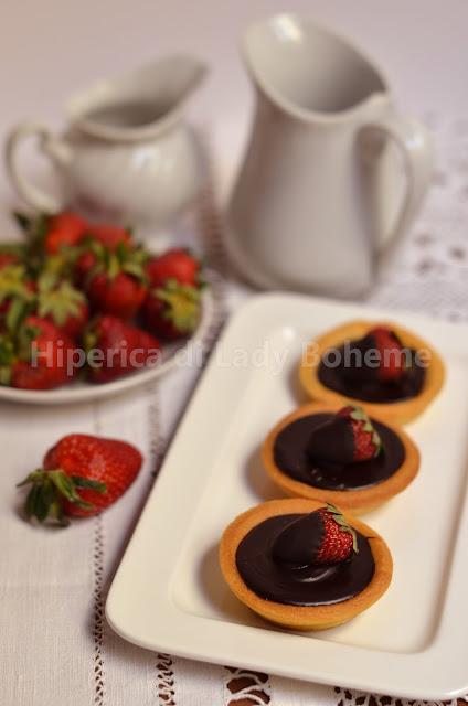hiperica_lady_boheme_blog_di_cucina_ricette_gustose_facili_veloci_dolci_crostata_al_cioccolato_e_fragole_2