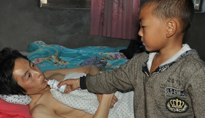 Heroic Chinese Kid Took Care of his bedridden father