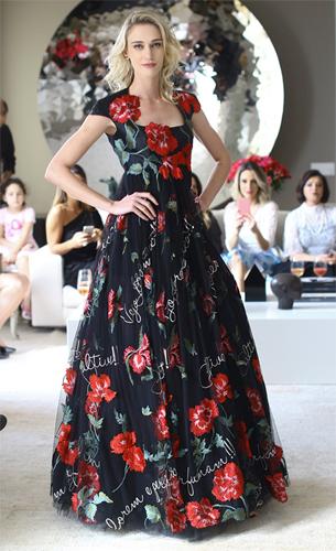 Vestido longo bordado com flores e poemas escritos coleção Verão Martha Medeiros