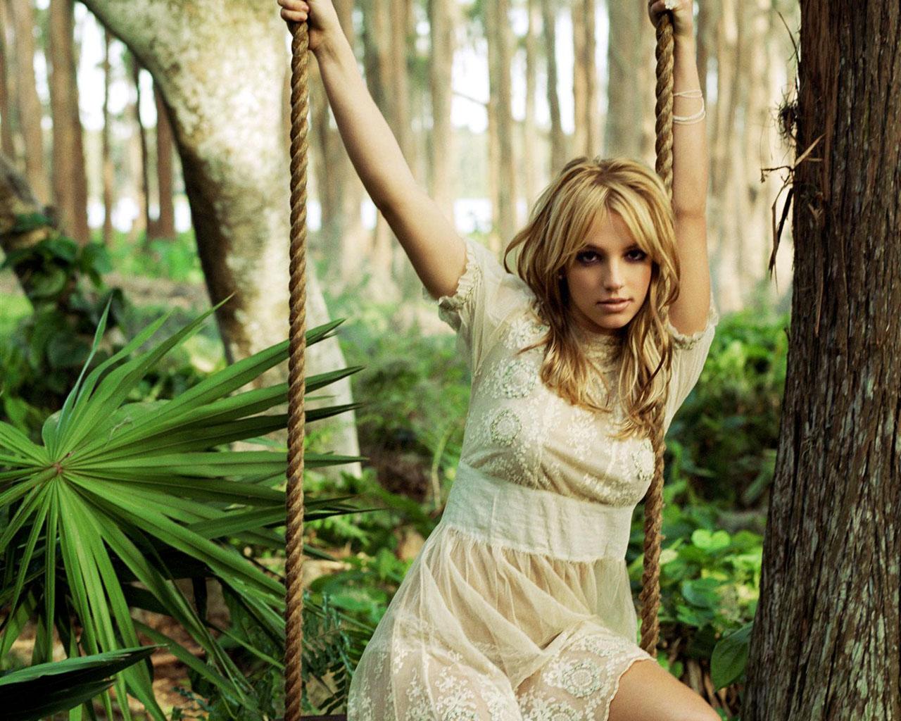 http://2.bp.blogspot.com/-xyt3mAlywzY/TbUewW8VPwI/AAAAAAAAJC4/uBCjRWlicRI/s1600/Britney%2BSpears%2B%2BHold%2BIt%2BAgainst%2BMe.jpg