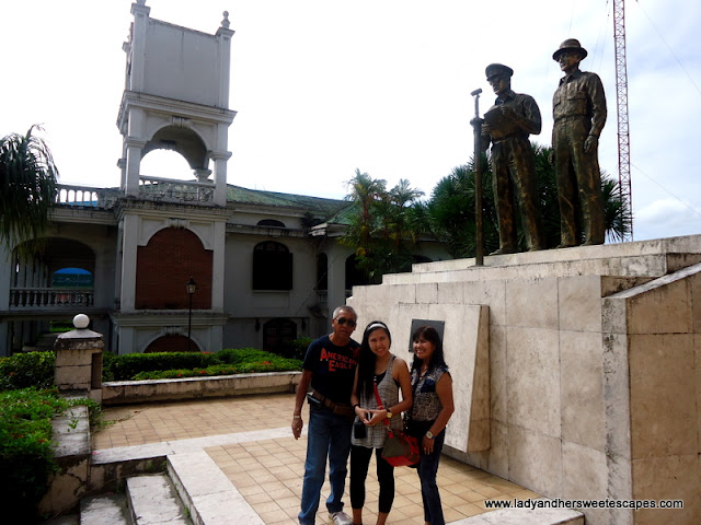 statue of Mac Arthur and Osmeña in Leyte tour