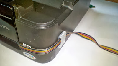 Закрепите шлейф, чтобы закрыть крышку принтера