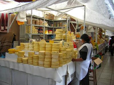 Quesos en el Mercado de San Camilo, Arequipa, Perú, La vuelta al mundo de Asun y Ricardo, round the world, mundoporlibre.com