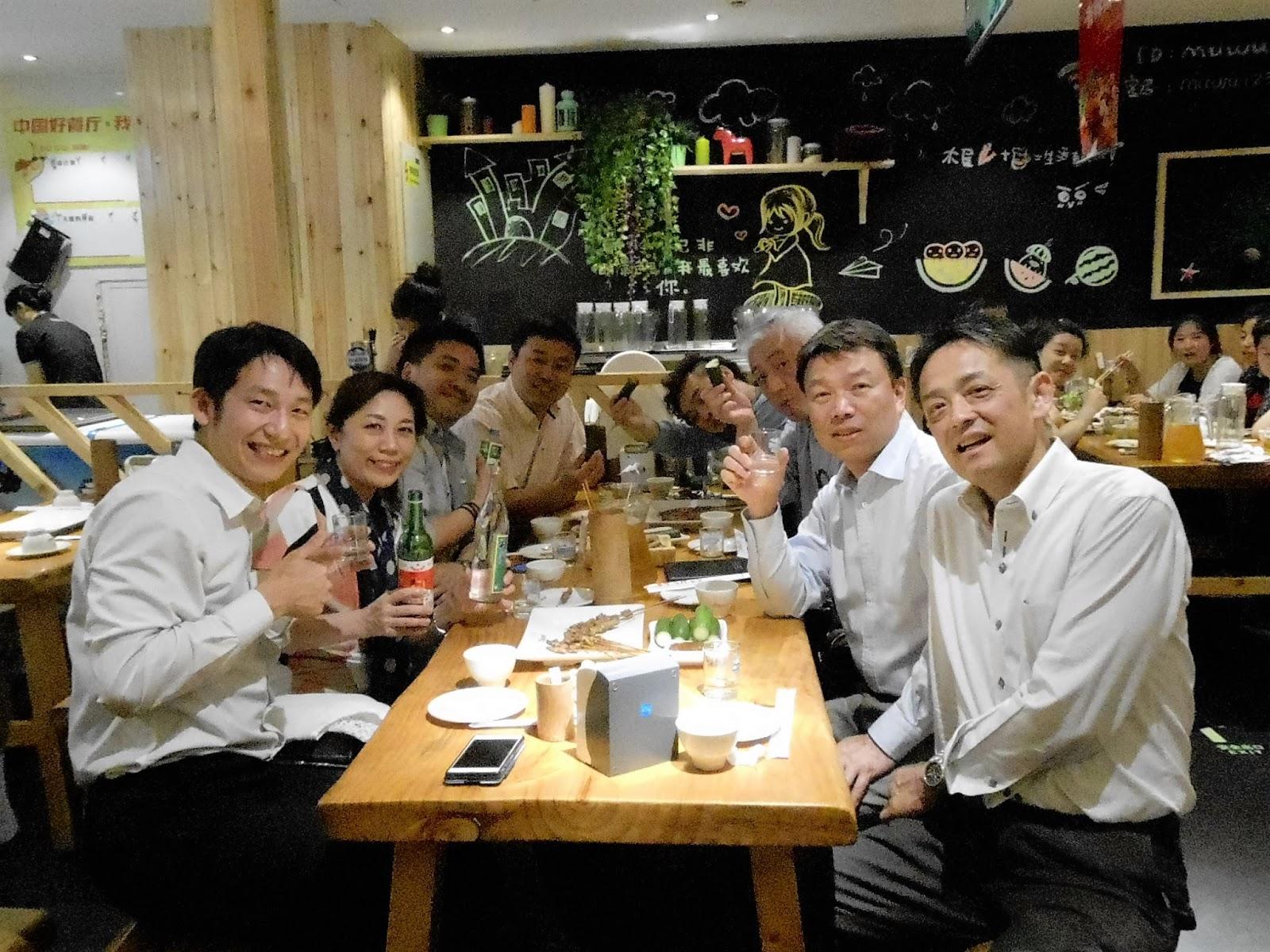こちらはセミナー後の打ち上げ。日本酒と和食の後は、羊の串焼きとやっぱり白酒!