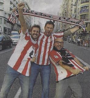 Julián López, Iñaki Urrutia y Alfredo Díaz ejercen de rojiblancos en plena Gran Vía madrileña (foto Jose Ramón Ladra)