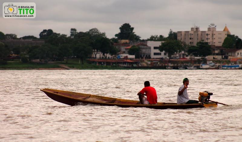 Rabeta (canoa) navegando pela baía do Guajará, em Belém - Pará