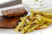tempeh steak, celerove hranolky, tzatziki