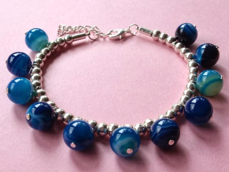 Pulsera con bolas plateadas y ágatas color azul