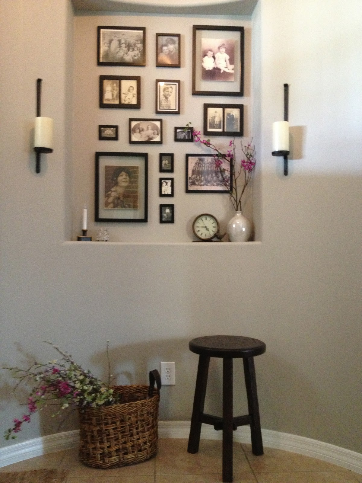 Decorating a niche with family pictures overthrow martha - Como decorar paredes ...