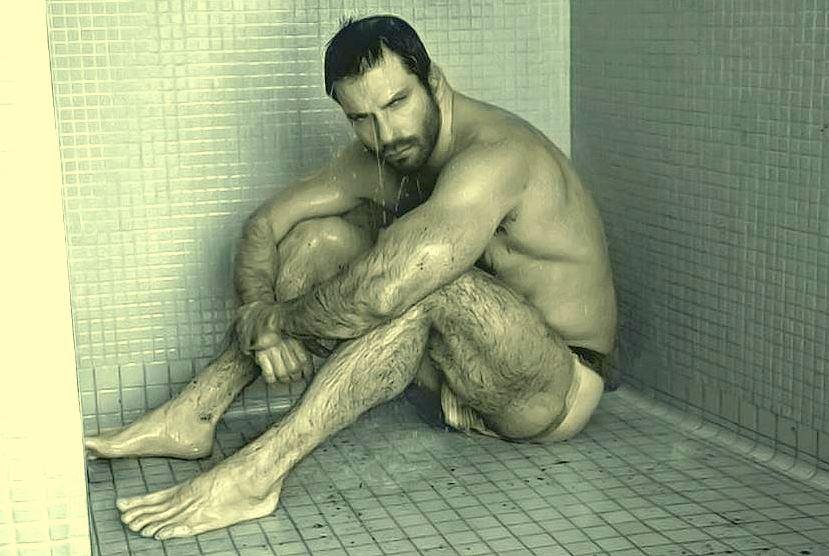 Gars militaires nus sous la douche