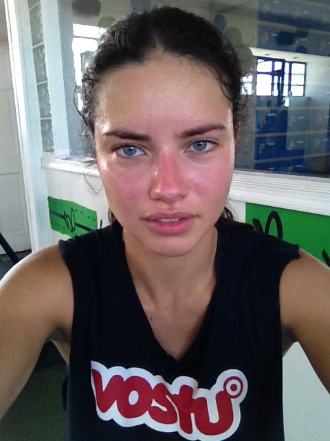 Adriana Lima sube a twitter fotos sin maquillar
