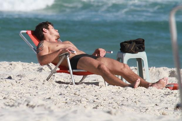 Deitado em uma cadeira de praia, o ator relaxou
