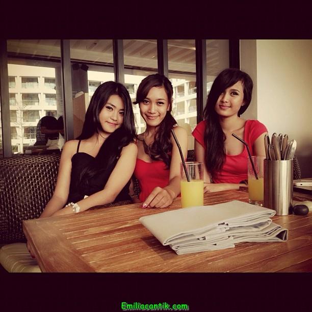 Ngintip CD Rok Siswi SMA Bandung Cantik Mulus Part 1 (Dina)