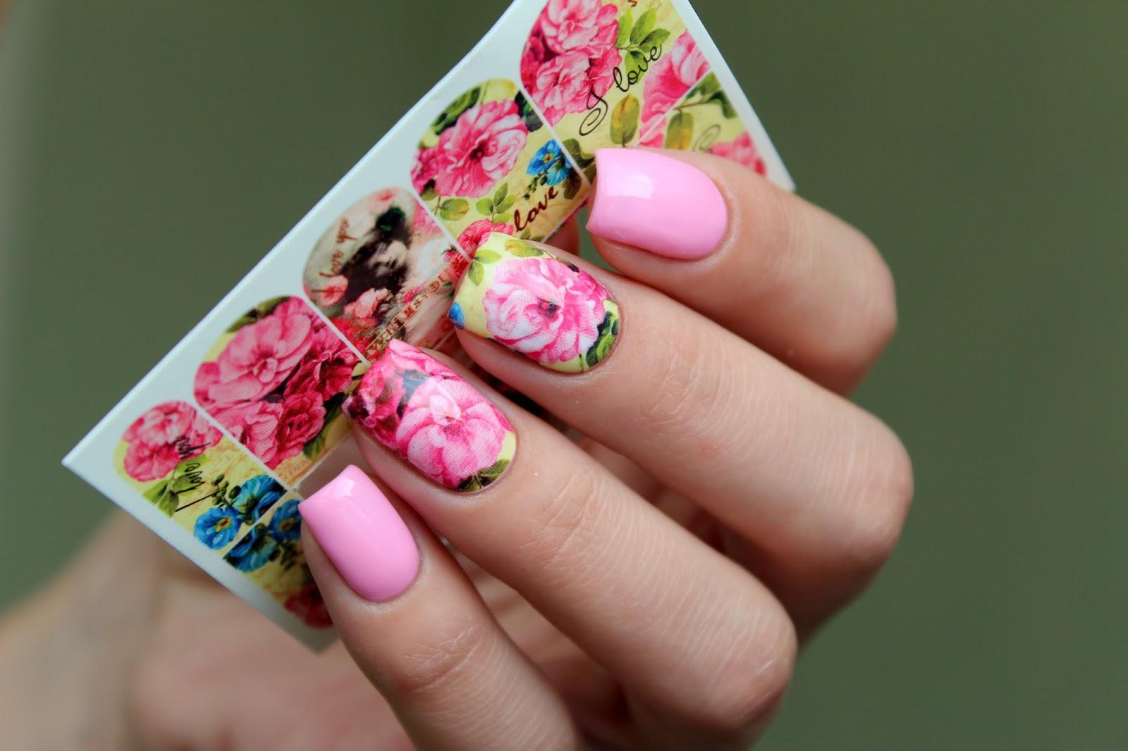 Дизайн одного ногтя со стикером фото