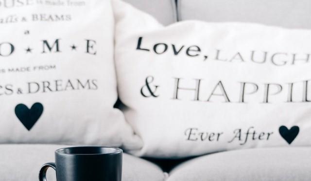 Bantal Cinta Bertuliskan Nama Pasangan
