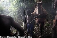 thérapie par les anciens du village avec une victime des terroristes de la LRA au Congo / Uele