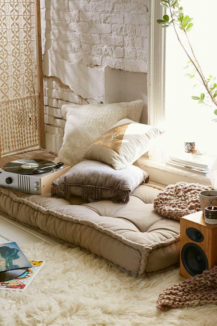 decoracao-almofadas-chao-tapete-luz-natural
