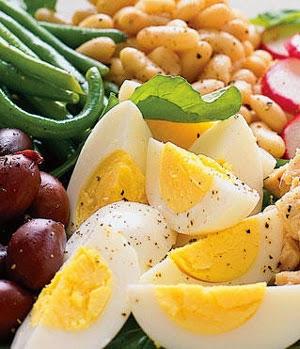Будучи сыроедом, Вы автоматически лишаетесь целого ряда продуктов питания, которые нам нужны. Например, бобовые, яйца и мясо, рыба, птица...