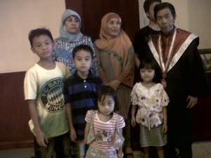 Berfoto Bersama Istri dan Anak-Anak