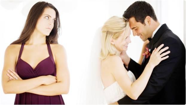 Mulher com inveja do casal